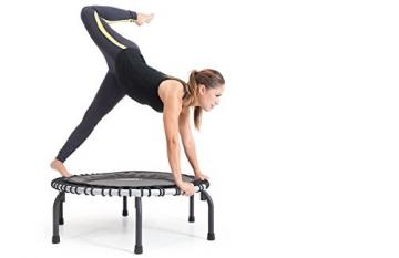 Frau auf dem JumpSport Swing Fitnesstrampolin- Einzelgummiseil Aufhängung