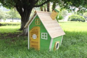 Foto auf der Wiese Kinderspielhaus NELE - Spielhaus aus Holz