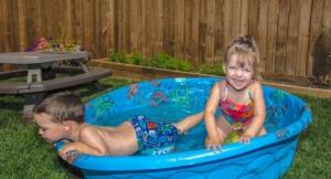 Kinder im Planschbecken im Garten