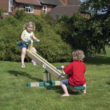 Forest Holzwippe TP 140 im Garten mit 2 Kindern